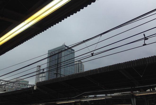横浜駅にて梅雨の曇り空